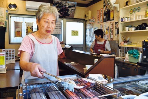 元海女の中村さん。魚介のおいしい食べ方や海女漁など楽しい話も聞ける/海女小屋ちさと