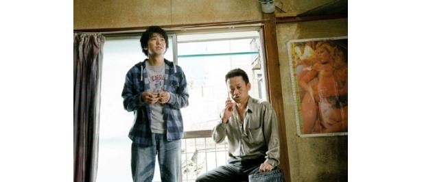 ピースの綾部祐二(左)が借金でお笑いの世界から足を洗う保を演じる