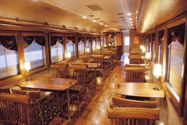 天然木を贅沢に使った車内は高級レストランのような趣/京都丹後鉄道 丹後くろまつ号
