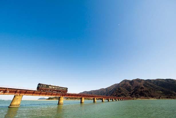 風光明媚な日本海沿岸をガタゴト。写真は西舞鶴~天橋立間/京都丹後鉄道 丹後くろまつ号