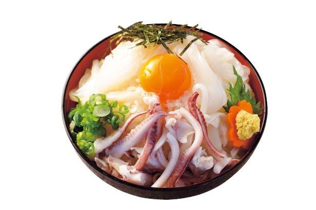 【写真を見る】アオリイカの贅沢丼 大盛り(2000円、お吸い物付き・前日までに要予約・3月ごろまで限定)/よし乃や