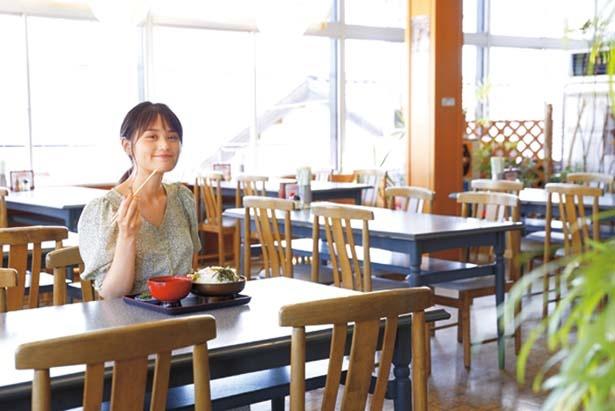 昭和初期創業の老舗。ミニうどん付きの海鮮丼(1500円)や、黒豆を練り込んだ丹波黒豆そば(500円)など、豊富なメニューが/よし乃や
