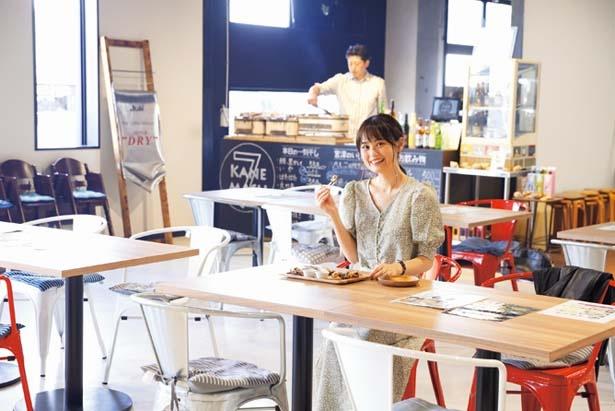 フードコートは広々。向かいの鮮魚店で買った魚の持込もOK(焼き代100円~)/Kanemasu 7vn