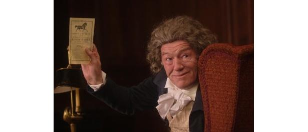 マイケル・ガンボンがおちゃめな議員役を好演