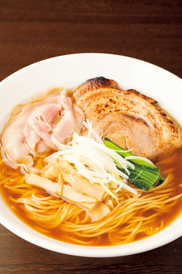 「中華そば」(700円)。鶏がら・豚骨ベースの淡麗ベースはほんのり魚介が香る