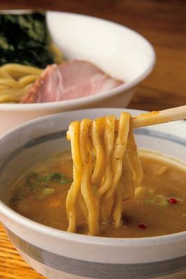「RAMEN一麺託生」の「濃厚鶏白湯魚介つけめん」(930円)。低温調理で仕上げたレアチャーシューも自信作