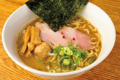 「濃厚鶏白湯魚介らーめん」(900円)。麺には高級小麦「ゆめちから」を使用