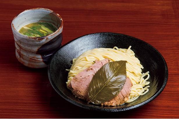 「創作麺処 スタ★アト」の「葉、薫るつけ麺 さくら鶏白湯」(950円)。塩漬けしたサクラの葉が麺に移り、すするとさわやかな香りが抜ける