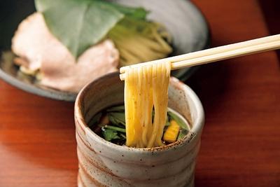 「葉、薫るつけ麺 しいたけ出汁」(900円)。生の朴葉の香りが麺に移り、さわやかな味わいに
