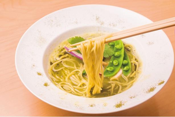 「銀座 篝 鎌倉店」の「鶏白湯 宇治抹茶SOBA」(1,000円)。野菜は季節替り、写真はスナックエンドウや鎌倉産紅しぐれ大根など。