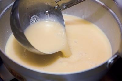 鶏白湯スープに宇治抹茶パウダーを合わせ、抹茶オイルでさらに香り付け。