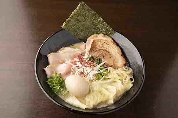 「麺屋 七利屋」の「特製濃厚鶏そば」(1,100円)。塩ダレは瀬戸内の藻塩をはじめ3種を配合、クリーミーなスープをまろやかに包む