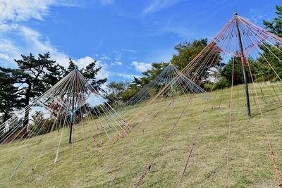 藤江竜太郎『ソライロアンブレラ』クライミングロープで作られた傘の中に入って青空を見上げることも可能