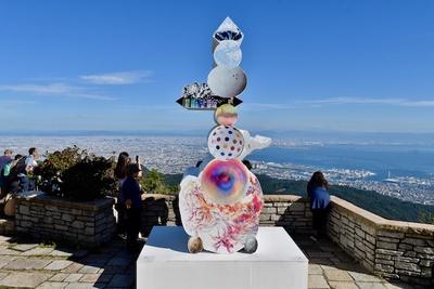 植松琢麿『ワールドツリーツー』神戸、大阪を一望できるスポットに展示されている