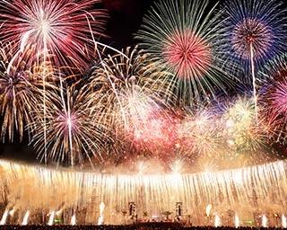 海と陸を舞台にした劇場型花火 長崎県のハウステンボスで「スーパーワールド花火」開催