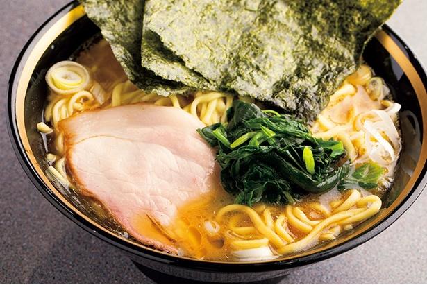 「ラーメン」(710円)。白濁しつつもさらっとした喉越しのスープは、コクがありつつもキレがあり、あと味もスッキリ。開発に3年もの時間をかけて完成した特注麺は艶やかで、なめらか