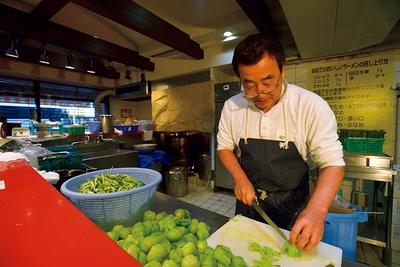 開店から40年経つが、いまも早朝からスープを仕込むなど、味を追求し続ける吉村氏。ラーメンへの情熱は衰えることはない