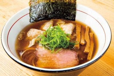 「海老ワンタン醤油そば」(1,150円)。滋味深いスープは名古屋コーチン、青森シャモロックの丸鶏、讃岐コーチンのガラなどを使用。プリっとした自家製ワンタンも絶品
