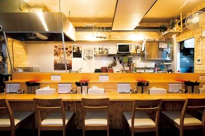 アットホームな店内は、常に多くの客でにぎわう。淡麗のほか、白湯も人気がある。