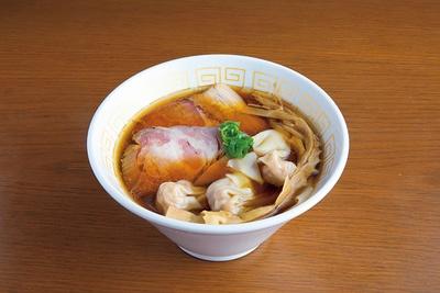 「海老ワンタン醤油らぁ麺」(1,100円)。4種の醤油に魚介ダシを加えた醤油ダレは、香りが高いのが特徴。