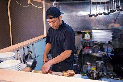 店主の中村健太郎さん。豚骨スープで有名な「麺の坊 砦」で修業。淡麗だけではなく、修業経験を生かした「白湯らぁ麺」(850円)も人気