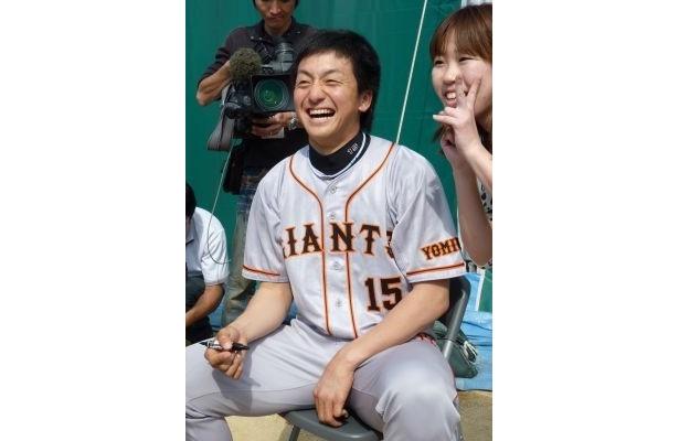 久保投手にからかわれながら女性ファンとの記念撮影に笑顔で応じる澤村投手