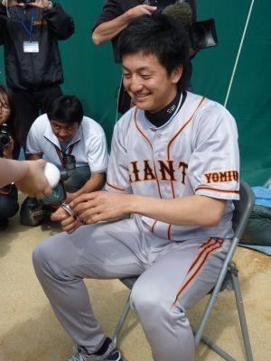 笑顔でサインに応じる澤村投手