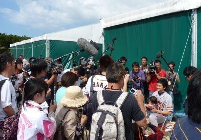 写真を撮ろうとするファンや報道陣に囲まれる澤村投手