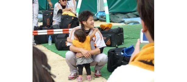 大サイン会終了後、ハイヤーを待つ久保裕也選手に女の子が駆け寄り抱きつくと周囲から「カワイイ~」の声が