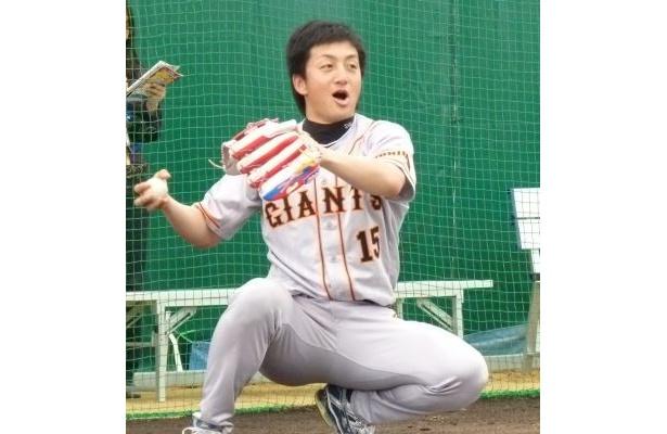 子どもたちとキャッチボールをする澤村投手