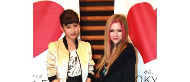 夢の対談を果たした前田敦子とアヴリル・ラヴィーン(写真左から)