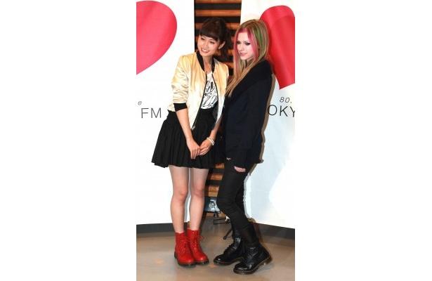 アヴリル・ラヴィーンは前田敦子の赤いブーツを見て「そのブーツ格好いいですね」