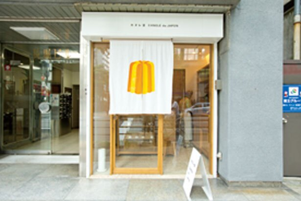 【写真を見る】カヌレのブランドマークが入ったのれんが目印/カヌレ堂 CANELÉ du JAPON 長堀橋店