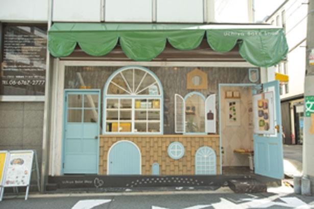 たくさんの窓や扉が付いたメルヘンな雰囲気の外観/Uchiya Bake Shop 谷六ポルトハウス