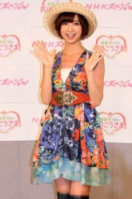 花柄のワンピースでさわやかに登場し、NHKの新番組をPRしたAKB48の篠田麻里子さん!