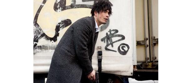 十数年の時を経て織田裕二と本格共演を果たす伊藤英明。その役どころと合わせて大いに注目だ