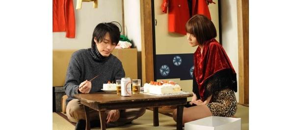 """【写真】明美が比呂人に振舞う""""愛と歴史のケーキ""""には中澤裕子いわく「10年分の悲しみと怒りがふんだんに入っています」"""