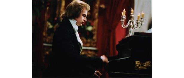 【写真をもっと見る】色白の好青年ショパンがピアノで名曲を披露するシーンにうっとり