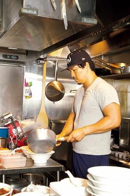 店主の吉松秀敬さん。ランクインについて、「うれしいです。今後もお客さんに喜んでいただけるラーメン、唯一無二の味をさらに突き詰めていきます」。