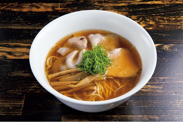 「醤油 soba」(920円)。土佐はちきん地鶏の丸鶏やガラと鮮魚、魚介のトリプルスープで作るスープは、まろやかな醤油ダレが引き立つ、澄んだおいしさ