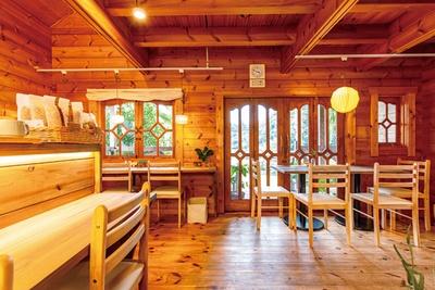 ログハウス風の建物も魅力。木のぬくもりがあふれ、くつろげる / 栄養ごはん ヤシの木食堂