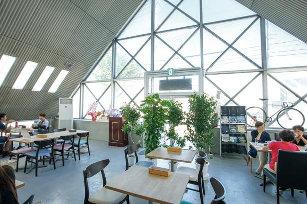 明るく開放的な店内で健康的な食事から酒まで楽しめる。アスリートの来店も多い / CAFE KURUCLE