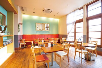 開放的でポップな色使いが印象的。落ち着いた雰囲気のエリアもある / CAFE+DINING Sayu