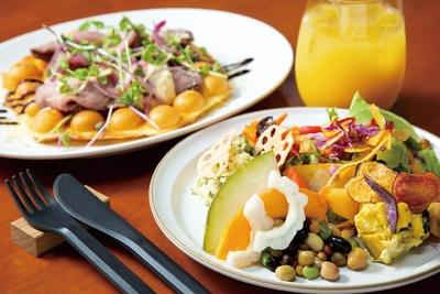 「ランチ(野菜デリバー+メイン料理 +ドリンクバー)」(90分 1720円)はボリューム満点!写真のメイン料理は「エッグワッフル 豪州牛ローストビーフとタルタルソース」 / CAFE+DINING Sayu