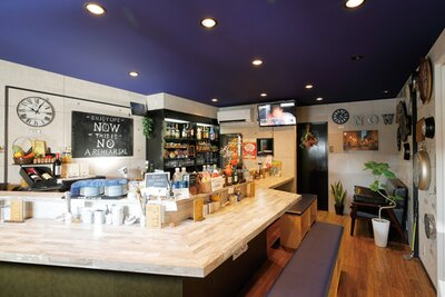 栄養士の下塩さんが1人で店を切り盛り。夜はバースタイルで営業する / Now kitchen