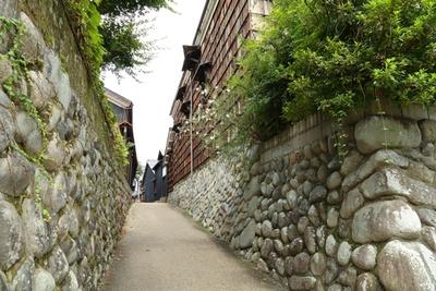 【写真を見る】川原町通りからわきに入り、玉石垣に囲われた小径(こみち)や裏路地を散策すると、趣のある風景に出会う