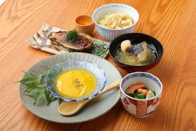 昼のオススメは「本日の定食」(1296円)。内容は、その日の食材により5品前後 / 食堂 こより