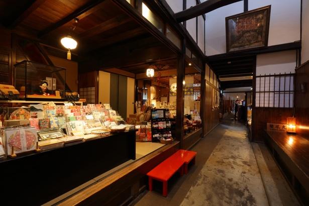 岐阜提灯や節句人形などの伝統工芸品を中心に、季節感のある商品を展示・販売 / cafe&gallery 川原町屋