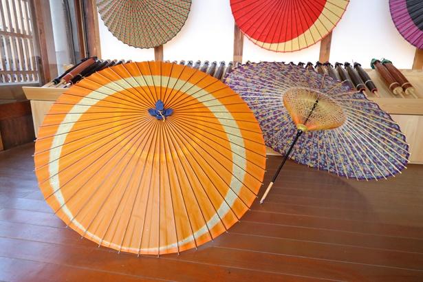 傘の内側を彩る飾り糸は「糸かがり」と呼ばれる技術 / 和傘 CASA