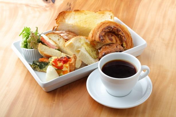 「スペシャルティコーヒー」(518円)と「モーニングプレート」(216円)。キッシュのほか、サンドイッチなどのパンメニューとサラダがセットに / rustico4